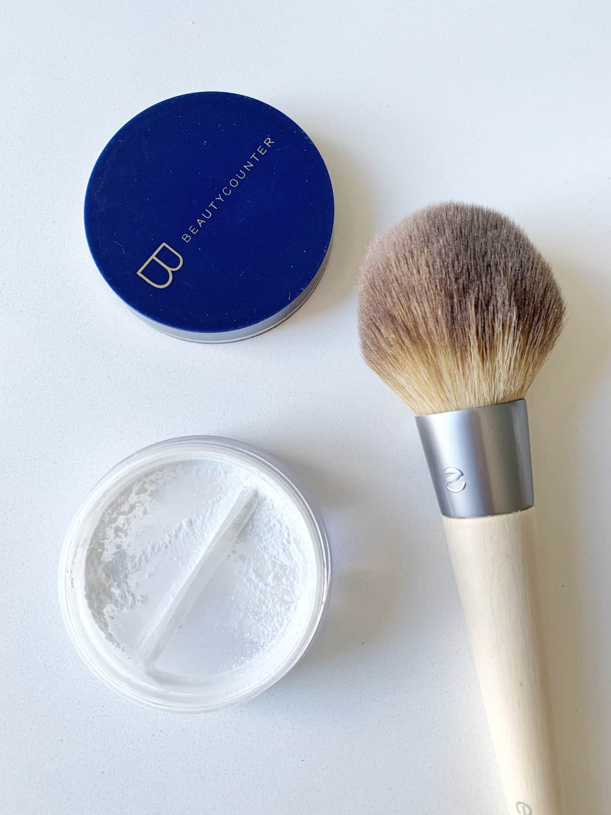 This Beautycounter Mattify Skin Finishing Powder is the perfect lightweight, oil absorbing powder for those who don't like to wear a lot of makeup.